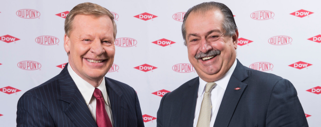 Edward D. Breen, CEO DuPont und Dow-CEO Andrew N. Liveris.