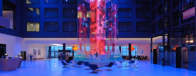 Radisson Blu Zurich Airport: In der Atrium-Lobby befindet sich der 16 Meter hohe Wine-Tower (Bild: Radisson Blu)